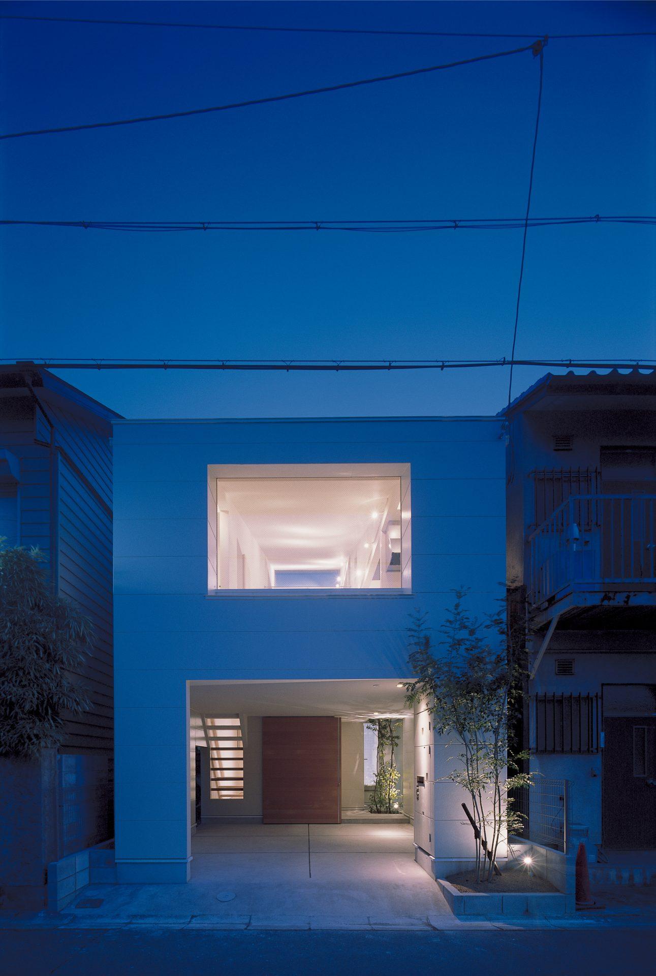 大阪敷地25坪に建つ家の外観(夜景)