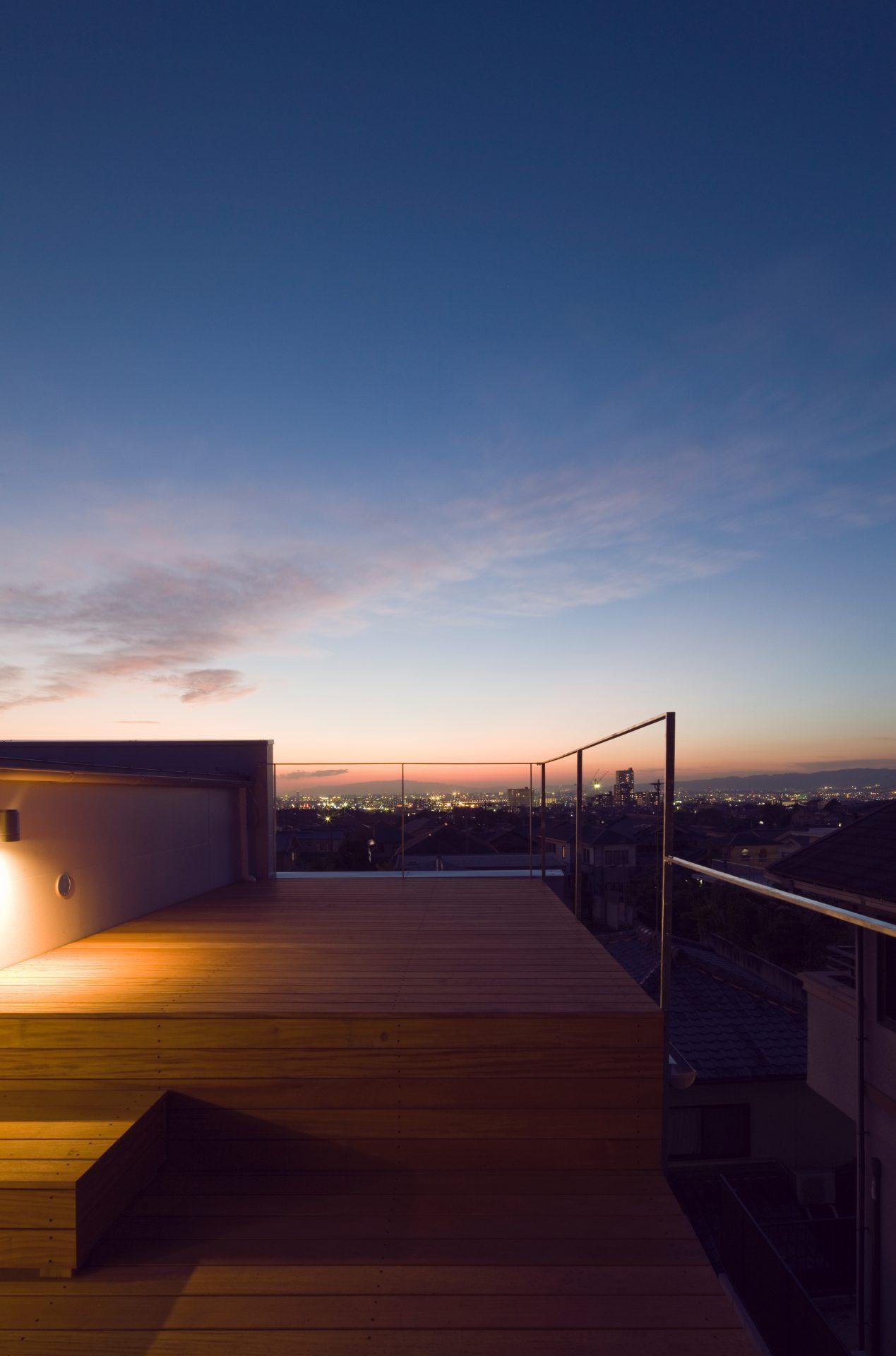 大阪香里園の家の屋上(夜景)