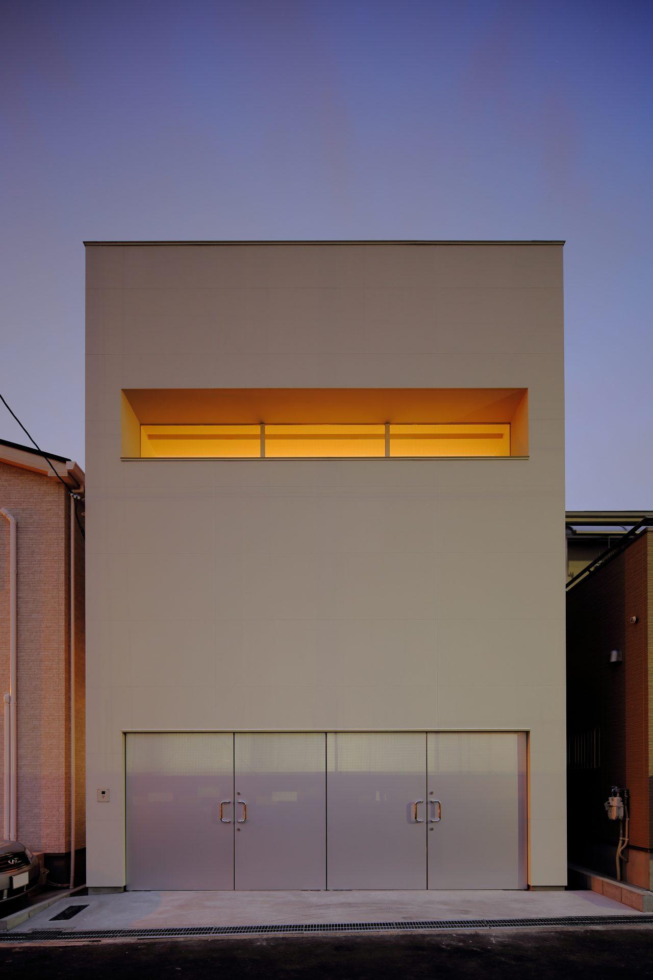 大阪美章園のガレージハウス|建築士の鉄骨造の注文住宅の外観夜景