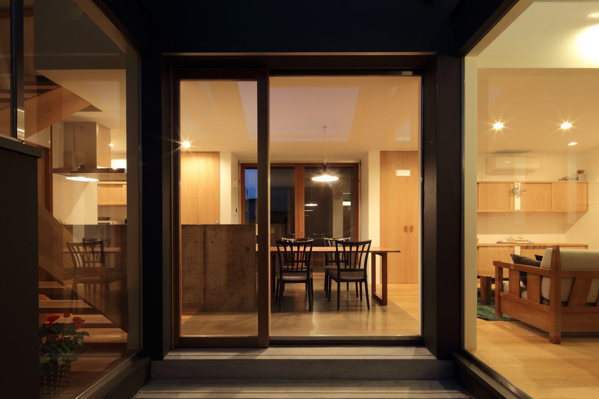 奈良片流れの家の中庭(夜景)