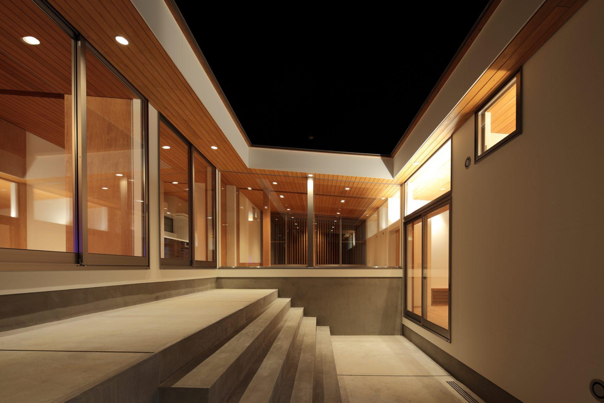 高知四万十の家の中庭(夜景)