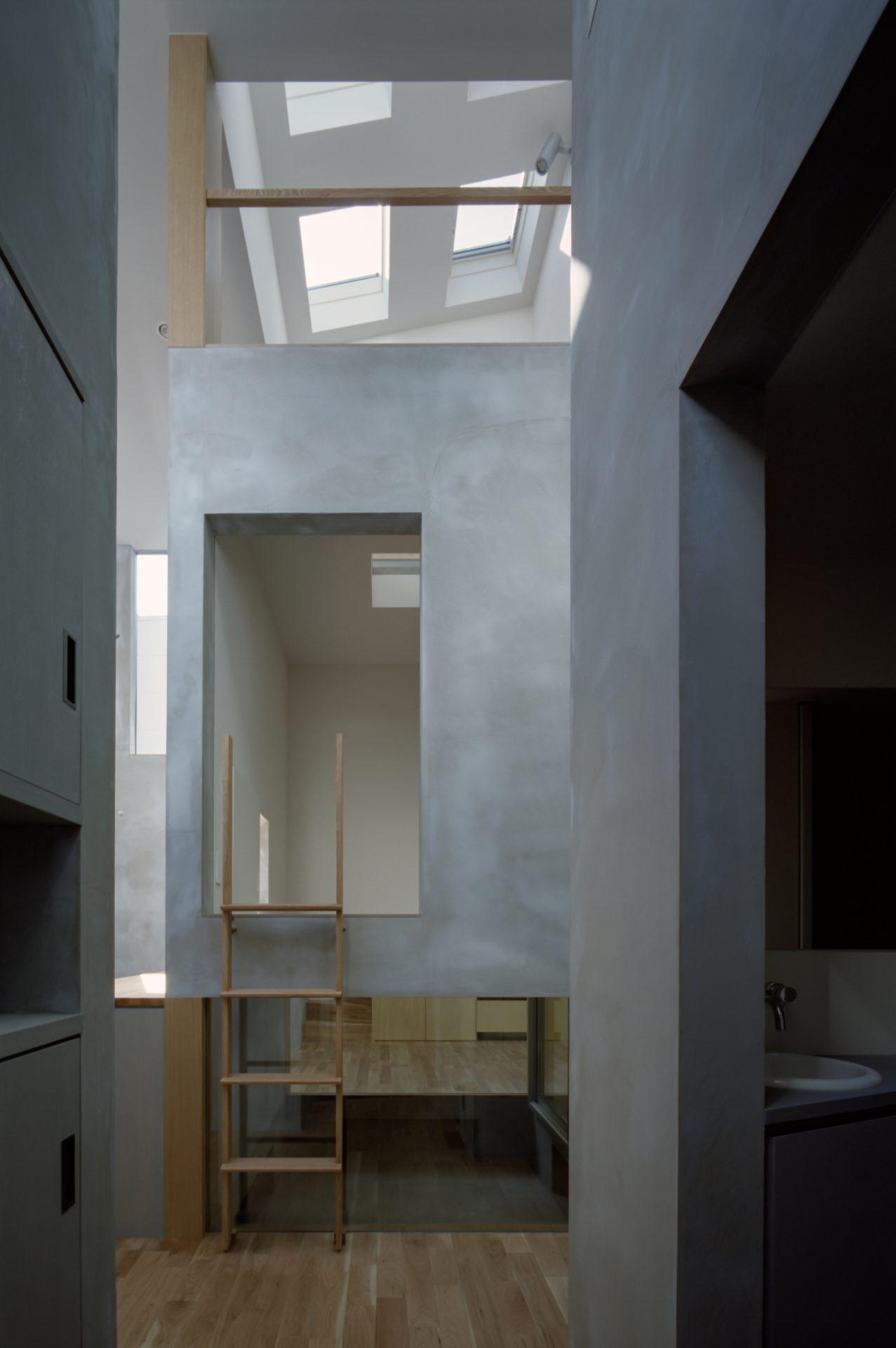 兵庫光のヴォイドのある家の廊下