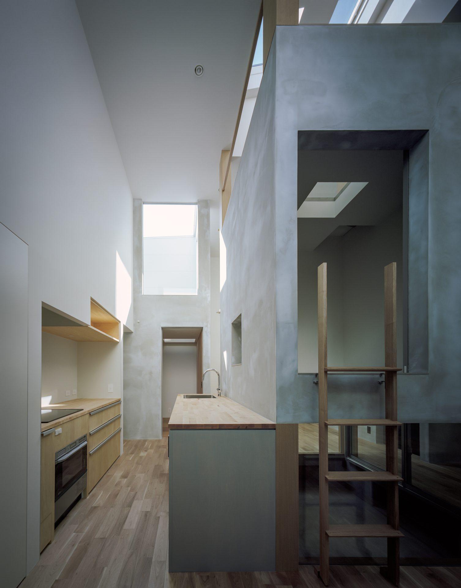 兵庫光のヴォイドのある家のキッチン02