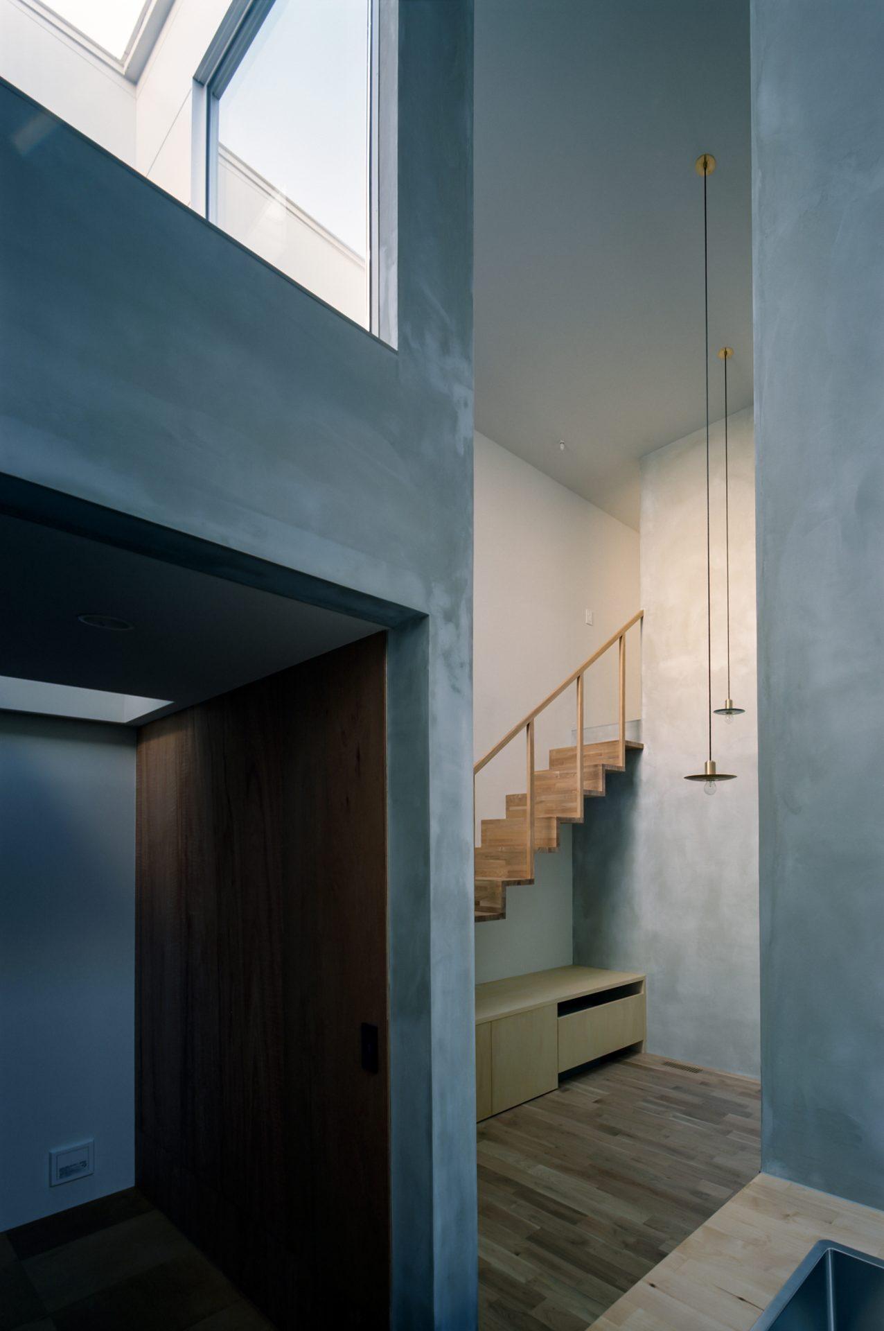 兵庫光のヴォイドのある家のキッチン04