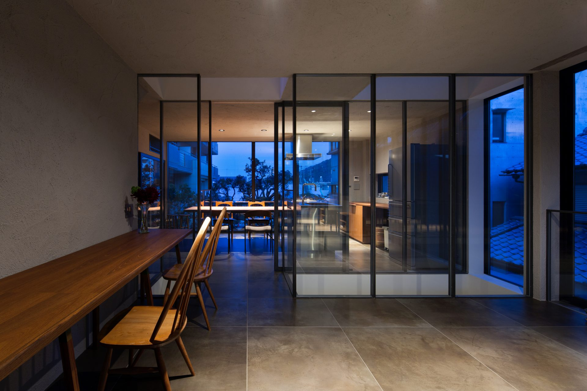 徳島3世帯の家の2階ワークスペース(夜景)