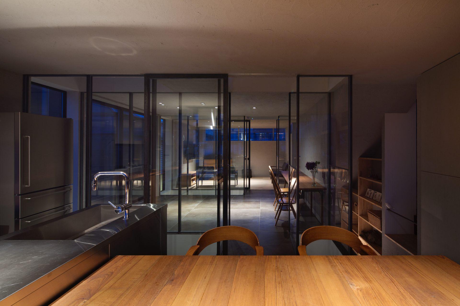 徳島3世帯の家の2階リビング(夜景)