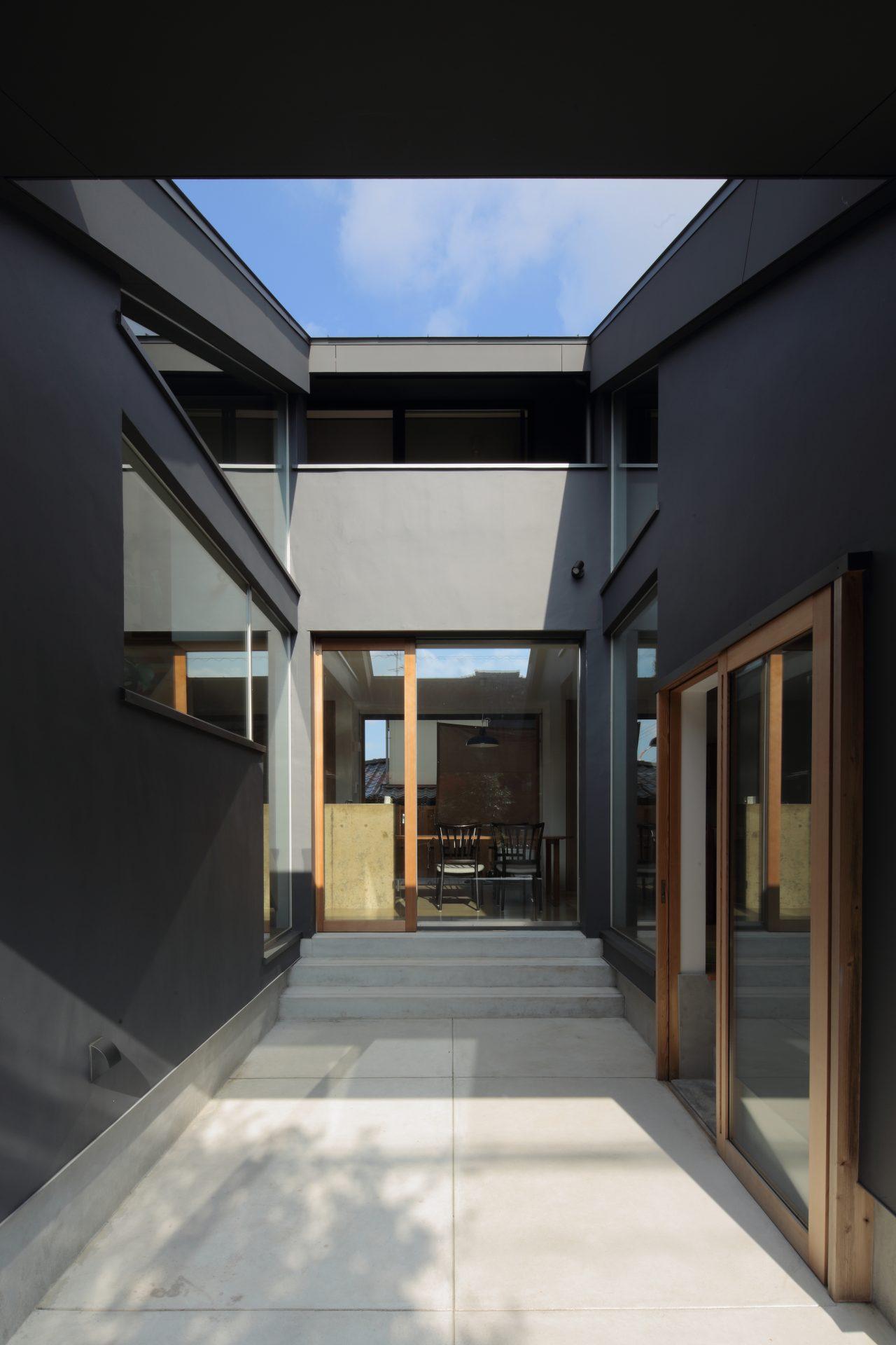 奈良片流れの家の中庭