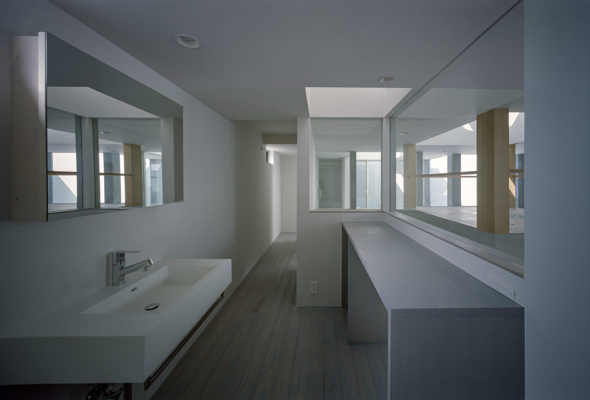 兵庫光のヴォイドのある家の洗面室01