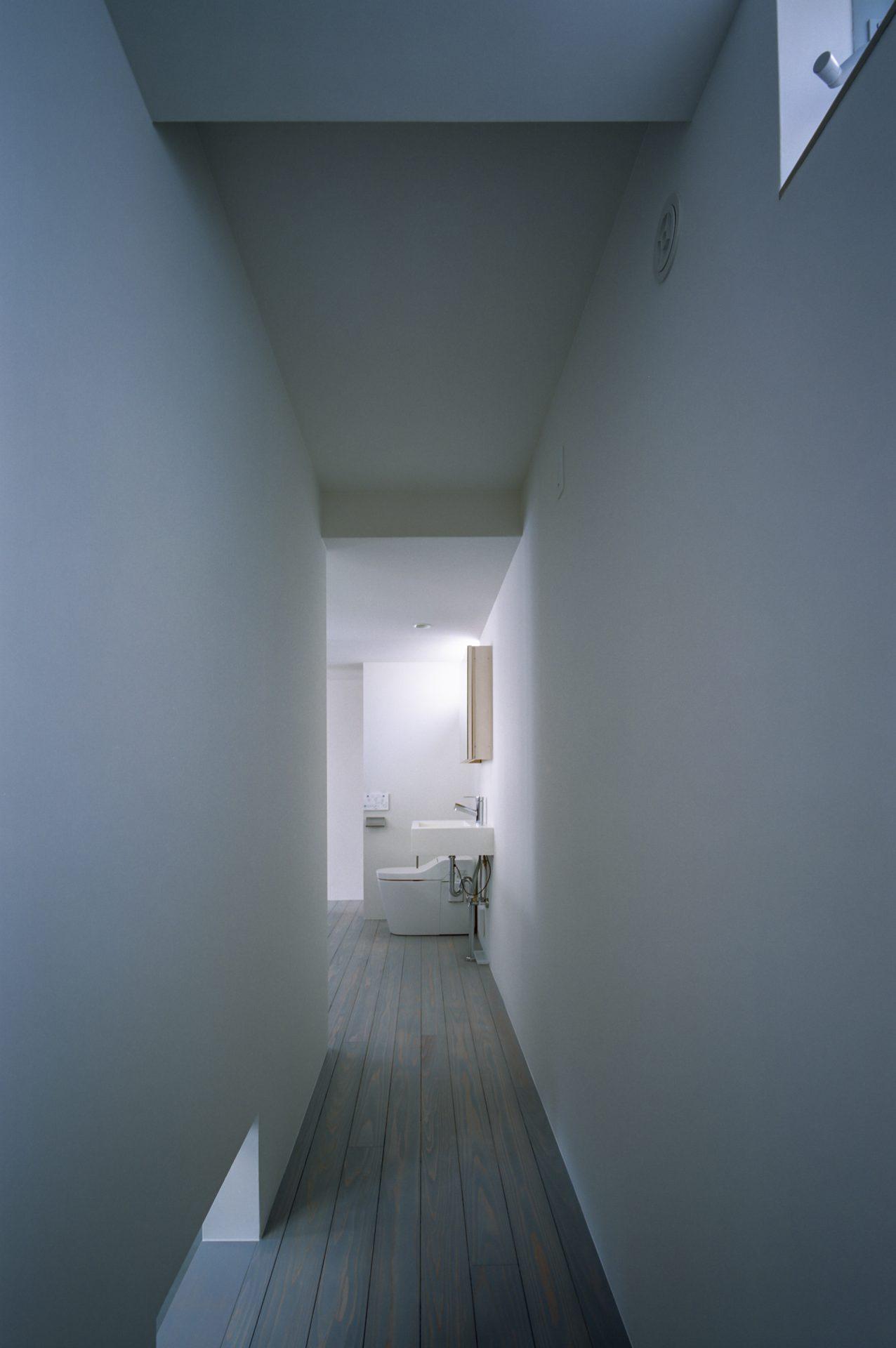 兵庫光のヴォイドのある家の洗面室04