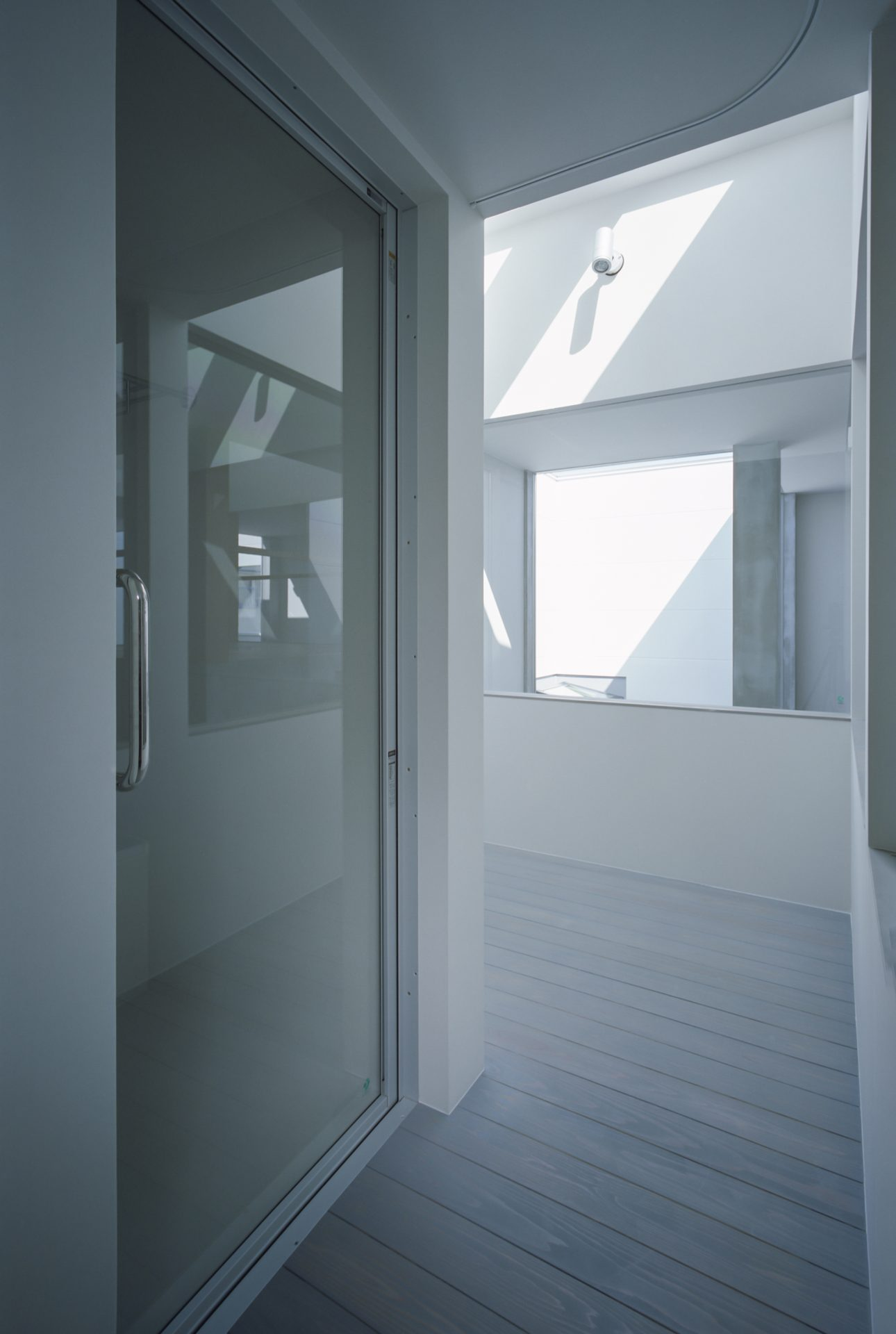 兵庫光のヴォイドのある家のバルコニー01