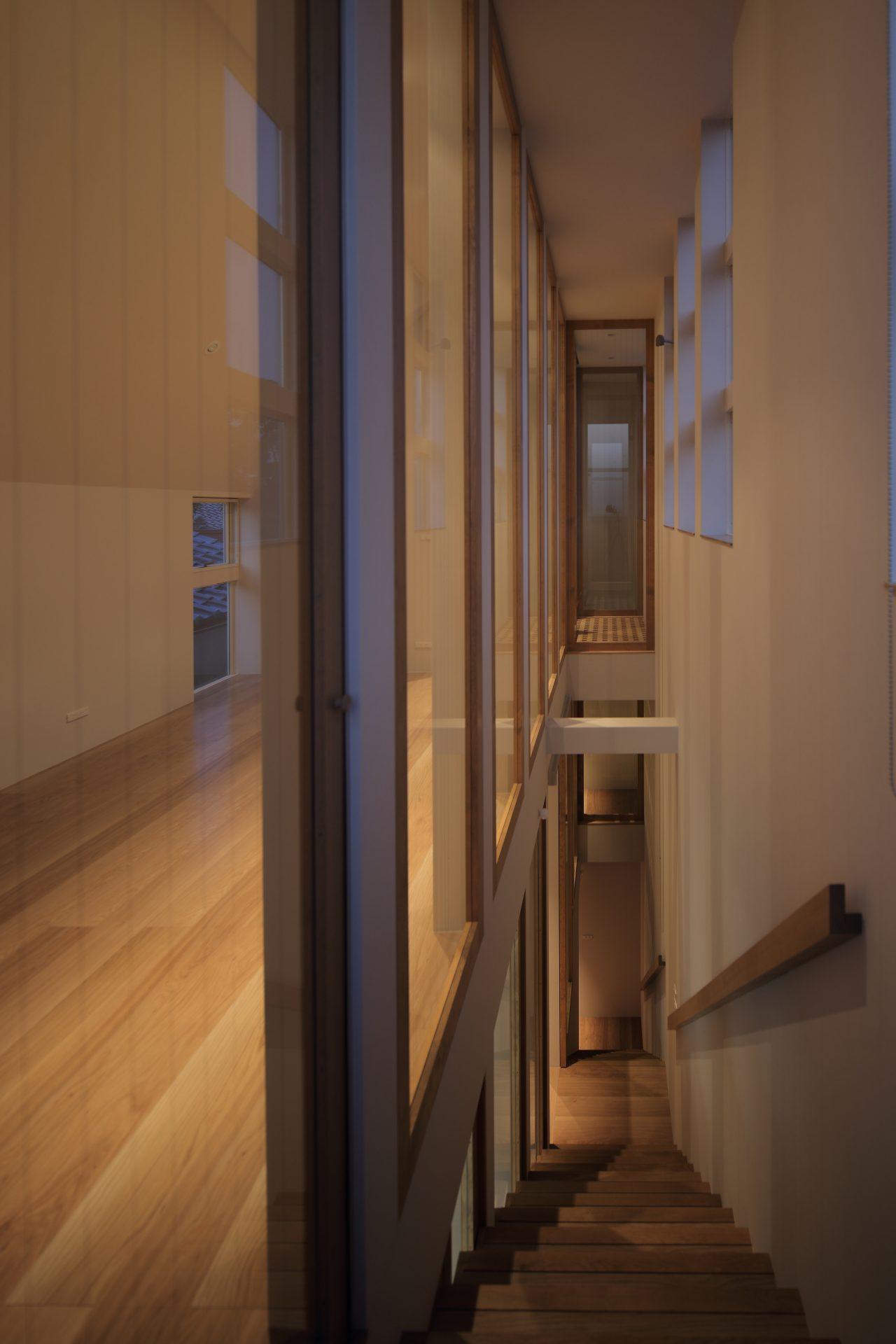 兵庫塚口の家の階段(夜景)