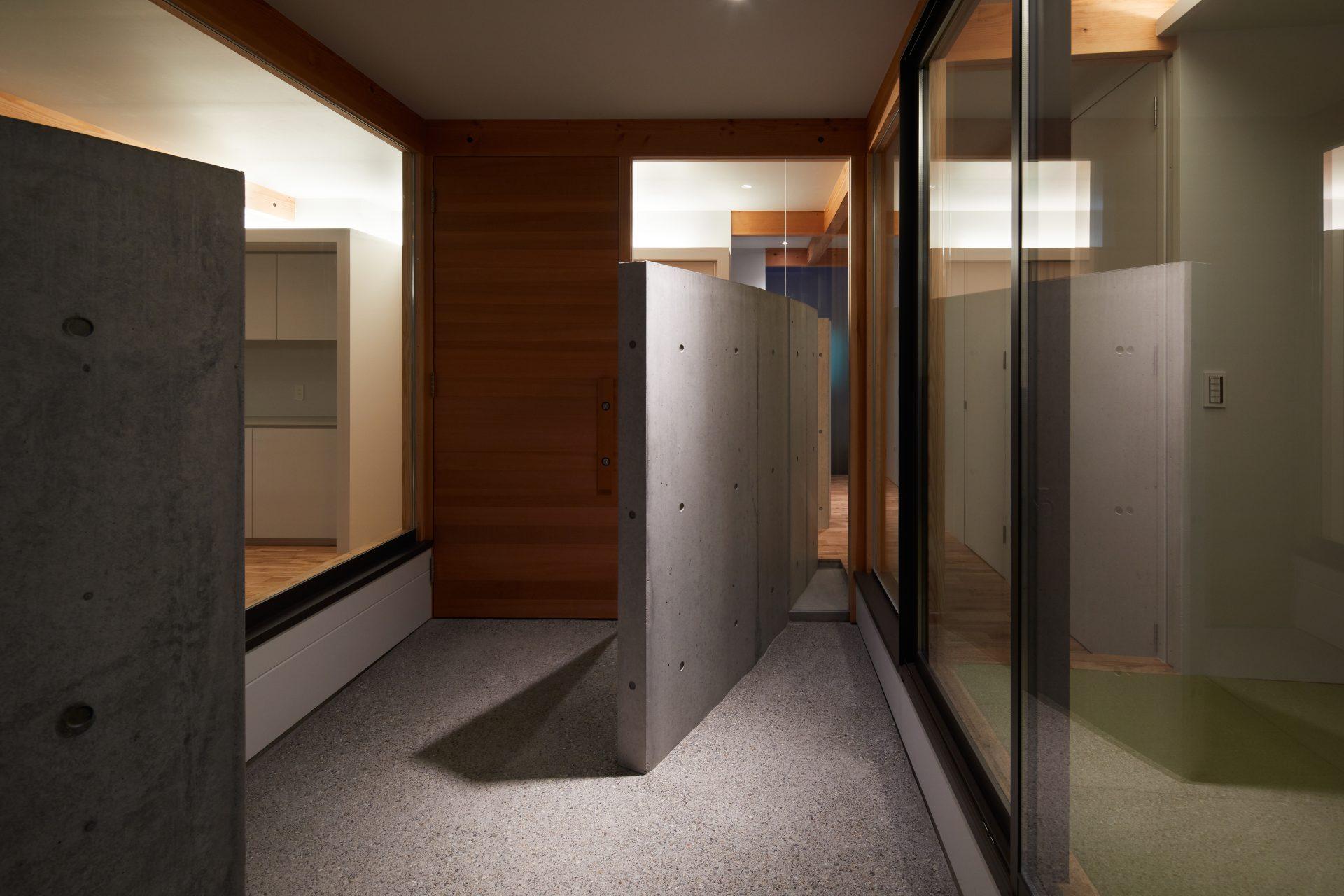 大阪此花の家の玄関(夜景)