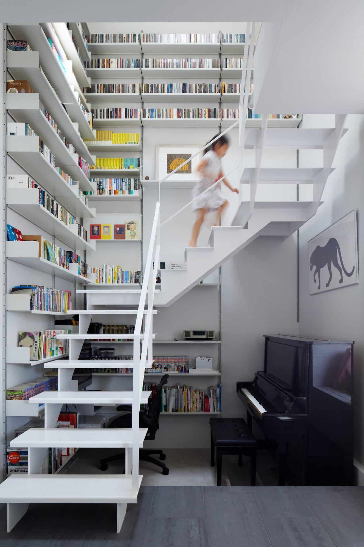 兵庫甲陽園サンルームのある家の階段01