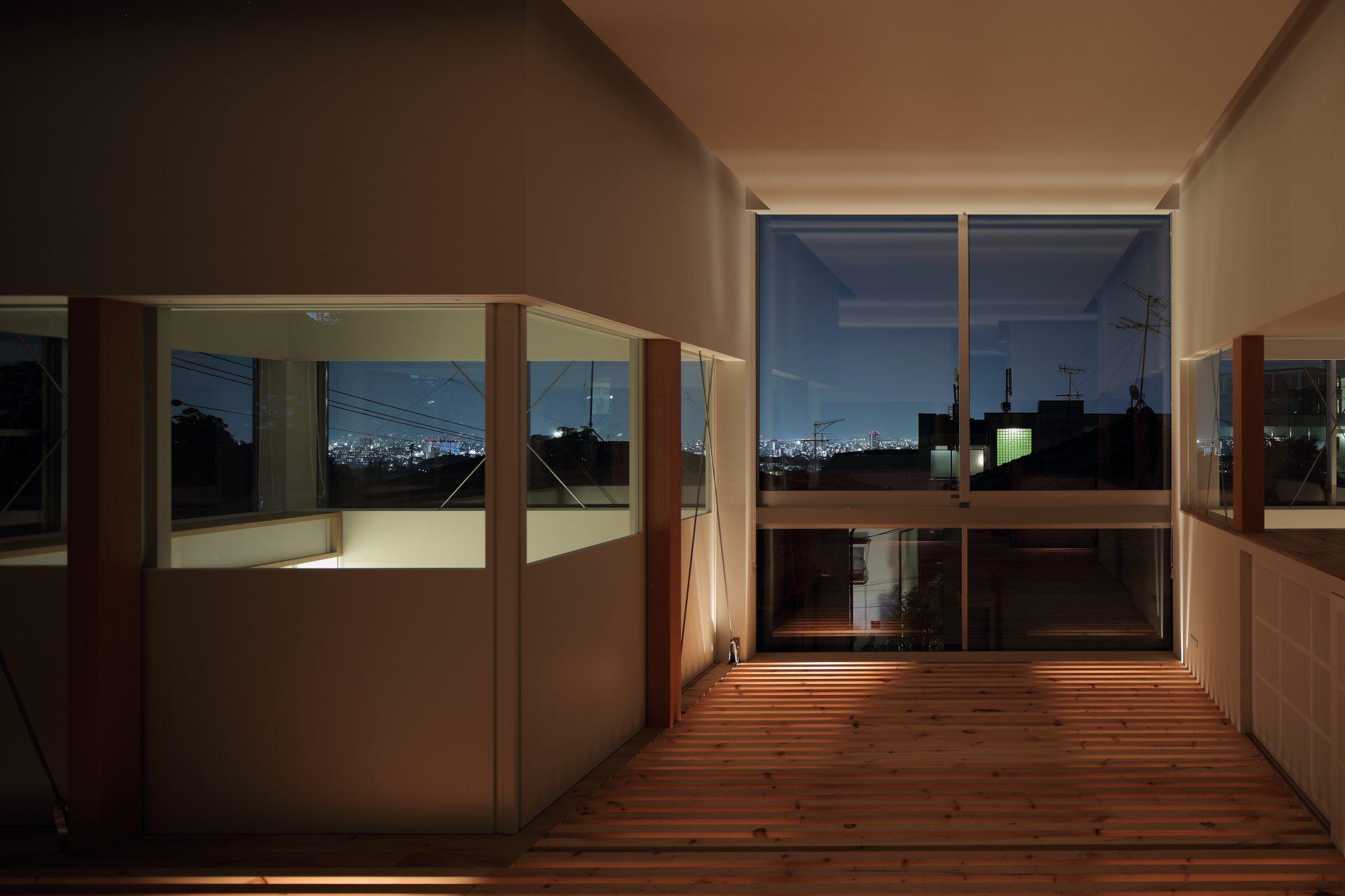 兵庫甲陽園の家のリビング(夜景)02