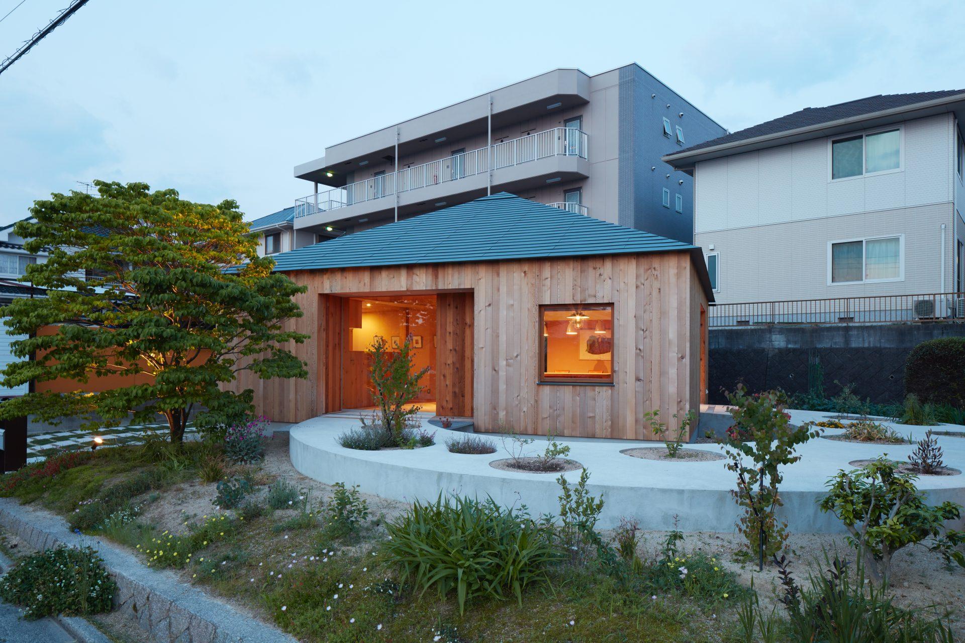 広島向洋の家の庭(夜景)