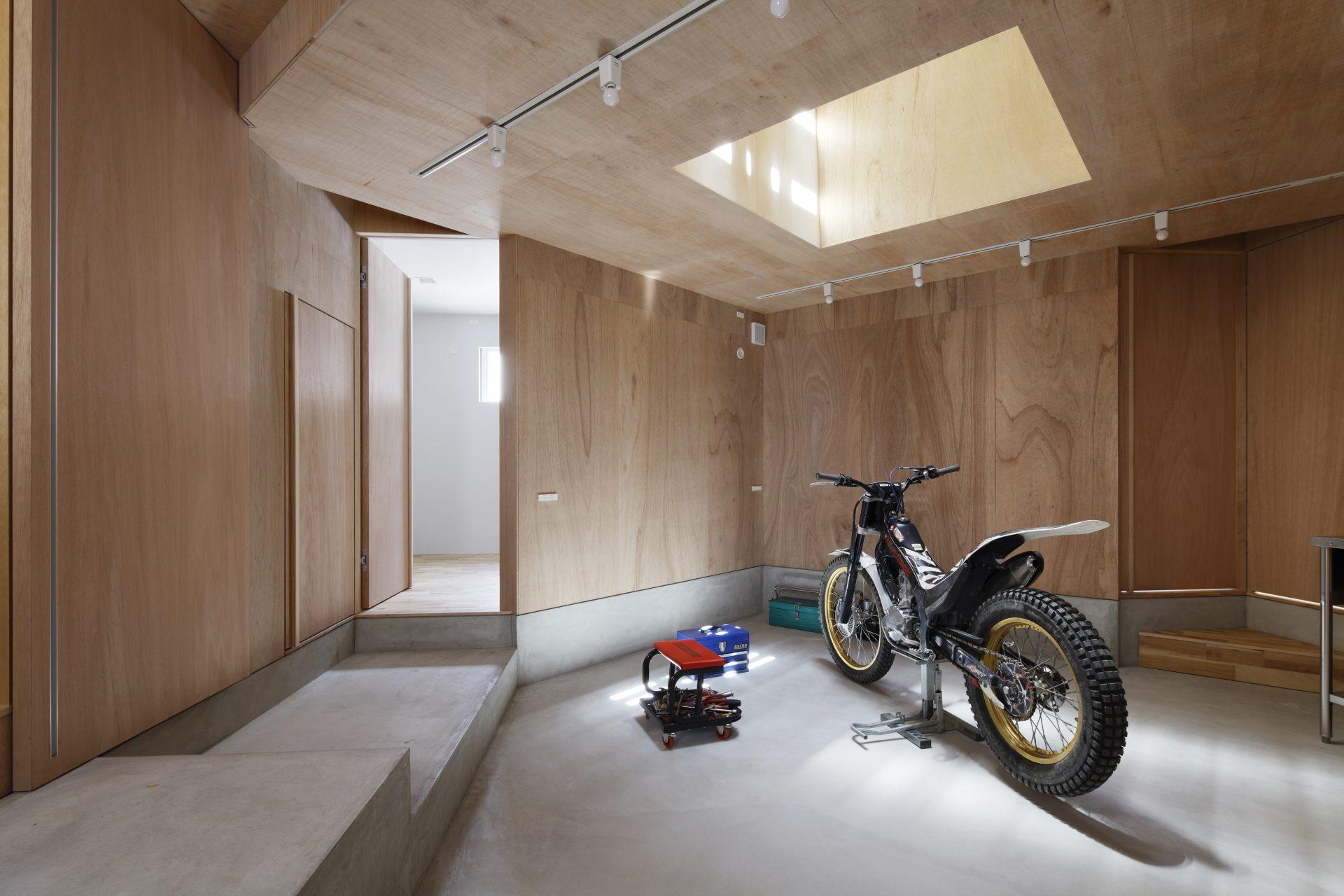 大阪長瀬のバイクガレージハウス|建築士の注文住宅のガレージ01