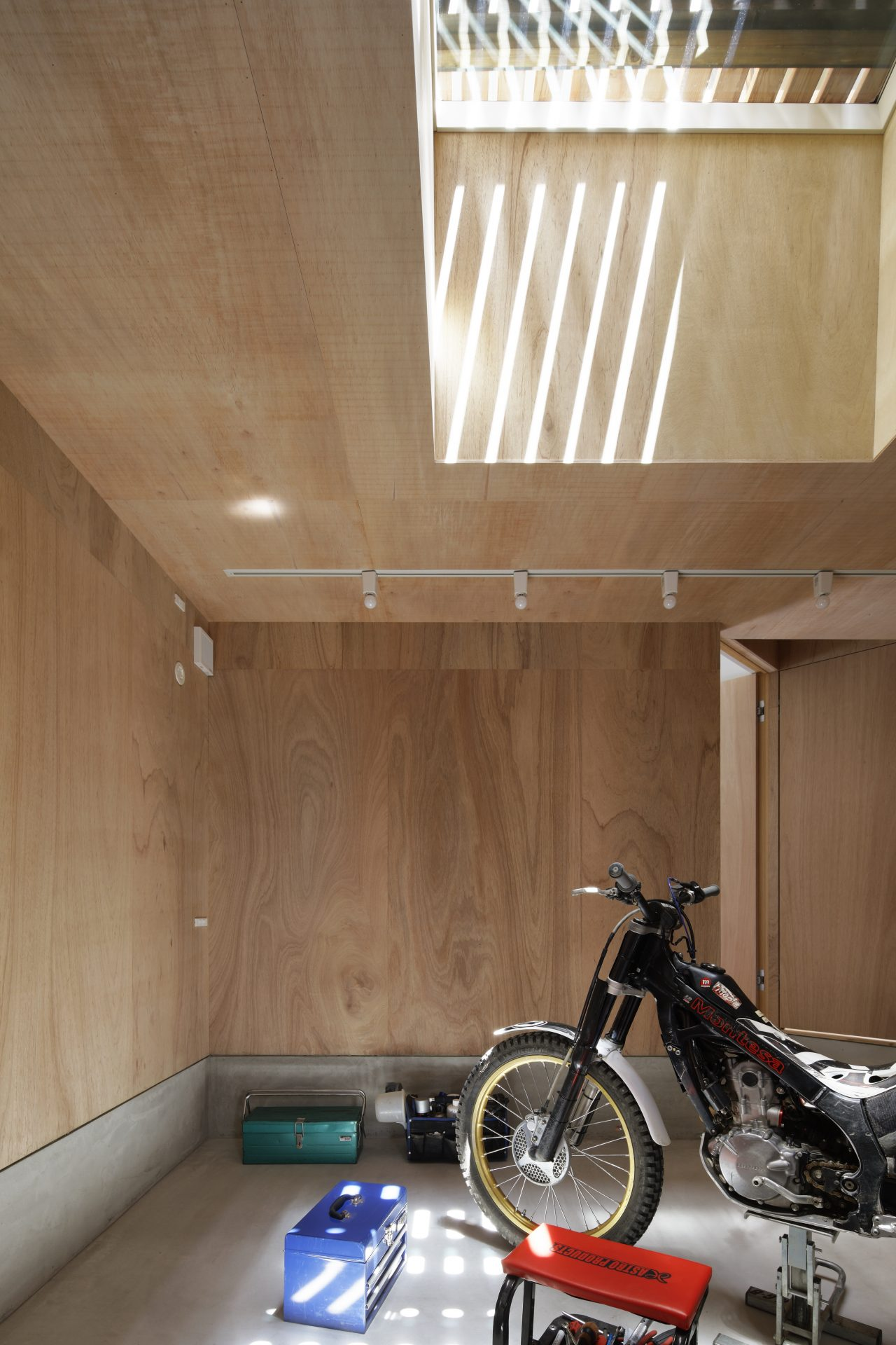 大阪長瀬のバイクガレージハウス|建築士の注文住宅のガレージ02
