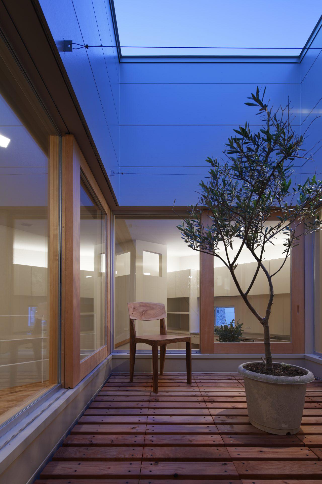 大阪長瀬のバイクガレージハウス|建築士の注文住宅の中庭(夜景)