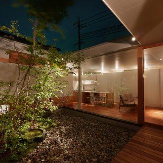 奈良関屋の家の中庭(夜景)